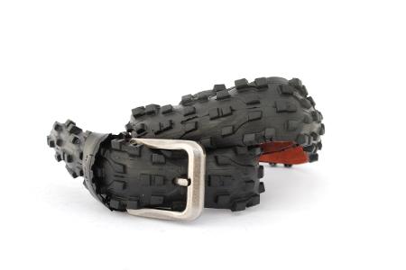 Černý opasek luciferův had s extravagantním designem z produkce upcycling opasků BOIO.