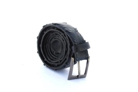 Černý opasek ocas chřestýše doplněný o elegantní poutko, elegantní design