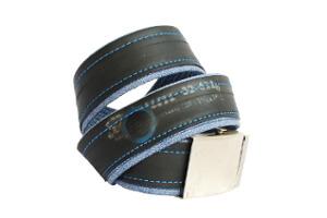 modré džíny se záplatou a nápisem Barum